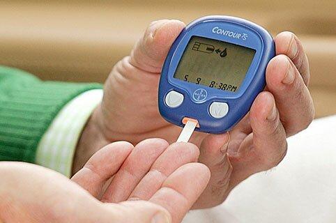 Больные сахарным диабетом самостоятельно измеряют себе уровень сахара в крови при помощи глюкометра и тест-полосок